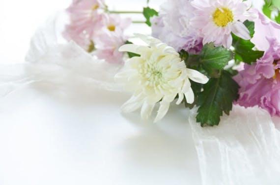 【終活カウンセラー監修】供花とは?金額相場や注文方法、札名を解説