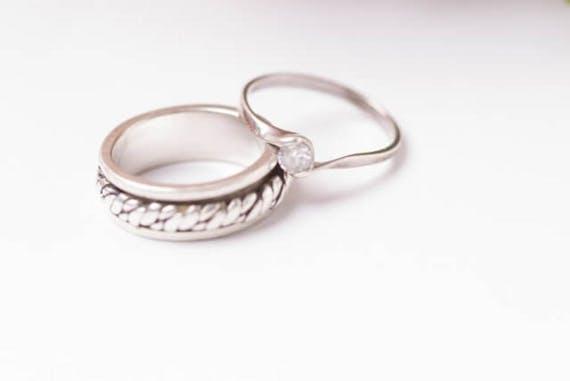 【口コミ】遺骨指輪の良さとは?種類・材質別の金額相場とおすすめ商品も