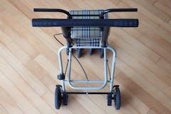【高齢者・介護】歩行器のおすすめ25選!選び方と種類、使い方も解説!