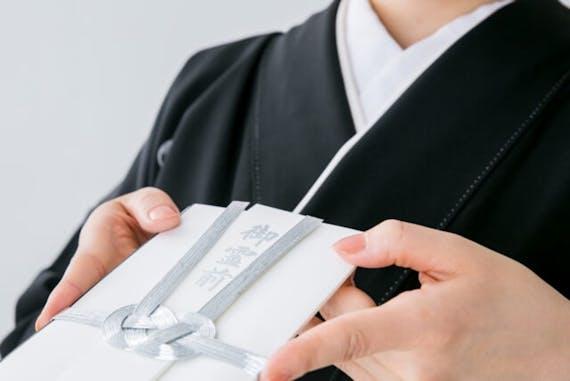 【100名アンケート】家族葬で香典は必要?金額相場や欠席時の対応方法も
