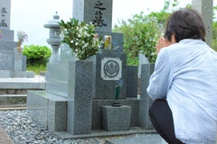墓石に戒名を彫刻する流れとは?費用相場や依頼先についても解説!