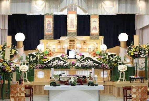 葬儀の祭壇とは?宗教別の種類や金額相場、選び方、お供え物も解説