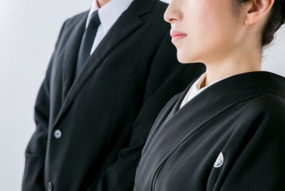 【図解】弔問時の服装を通夜前・後日弔問にわけて解説!男女子供別