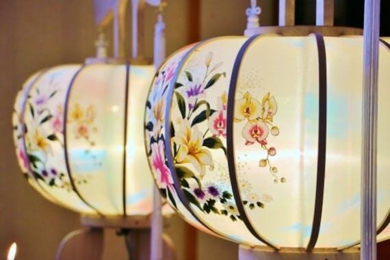 【図解】盆提灯の意味・種類・選び方!飾り方や値段相場、処分方法も解説