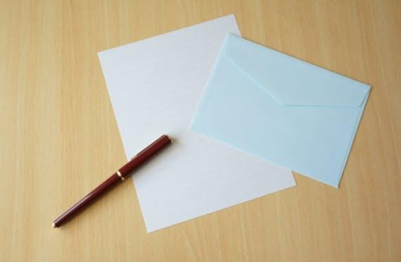 【例文紹介】お悔やみの手紙の書き方と送り方!宛先別の文例、手紙の折り方も解説