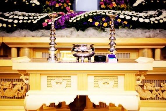 葬儀の花輪は誰が贈る?手配や値段、選び方のマナーも解説