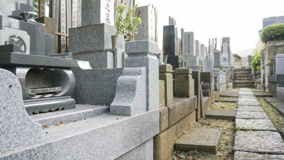 墓じまいとは?費用相場や手続きを解説!永代供養・散骨を選ぶ人が多い?