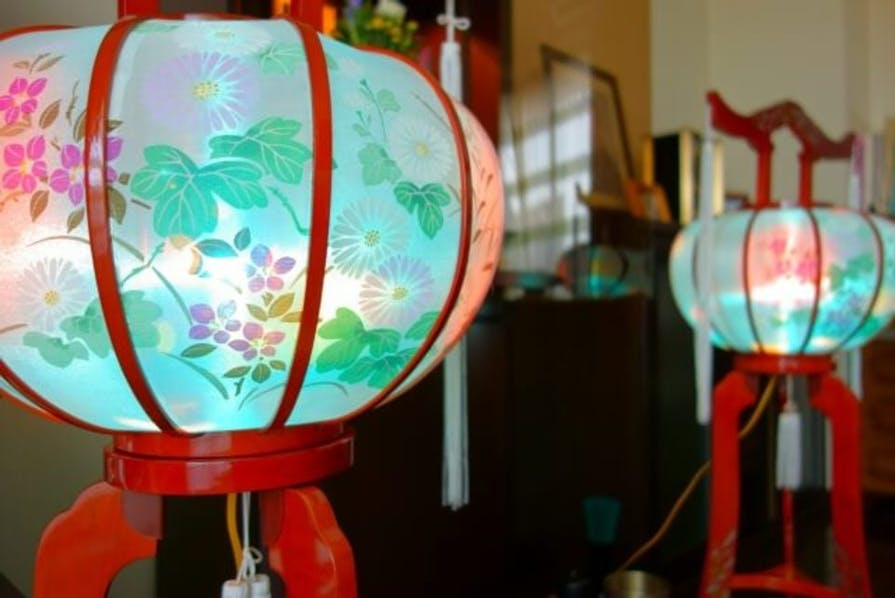 初盆・新盆に飾る盆提灯とは?種類や飾り方、その後の処理!提灯代も