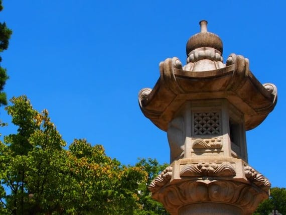 灯篭・灯籠とは?灯篭流し・飛ばし、墓前灯篭・石灯篭も解説
