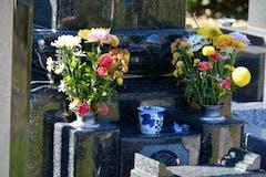 お墓参りの持ち物は?お供え物やお墓参りセット、ルールも解説