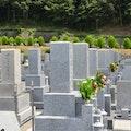 命日に墓参りは行くべき?花や持ち物、墓参りに行けない時は?