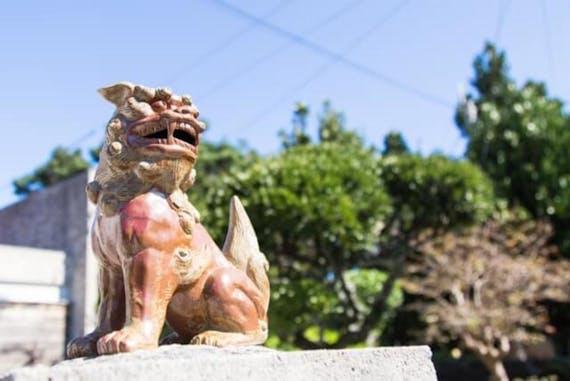沖縄のお墓はなぜ大きい?種類や風葬・お墓参りのマナーも解説