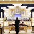 告別式に参列すべき?葬儀との違いや参列する際のマナーや服装を解説