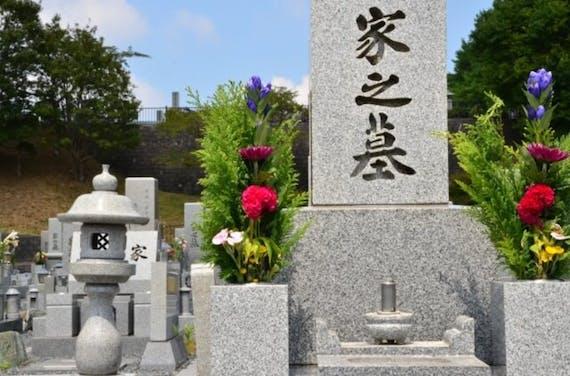 墓石に刻む文字の内容は?文字入れの手順や料金相場、掃除方法も