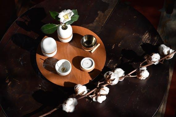 【暮らしに寄り添う供養のかたち】トモエ陶業株式会社「花と文」