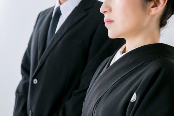 喪主の服装を通夜、葬儀・告別式で男性・女性別に紹介!バッグ・靴は?
