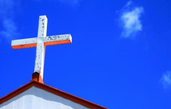 カトリック式葬儀を喪主側・参列者側別に解説!流れ・服装・お花料